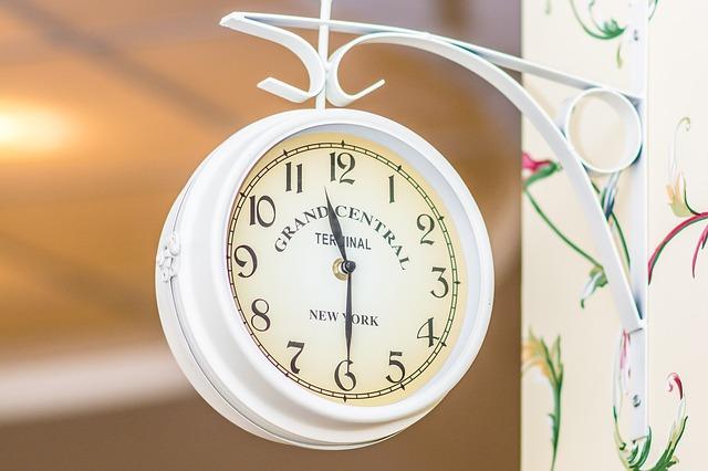 bílé hodiny