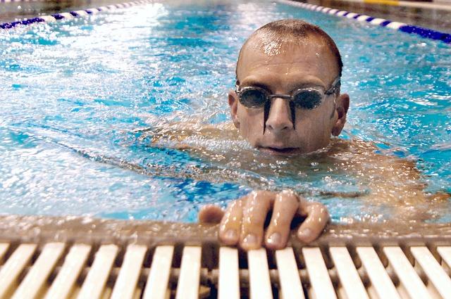 plavec vynořující se z vody